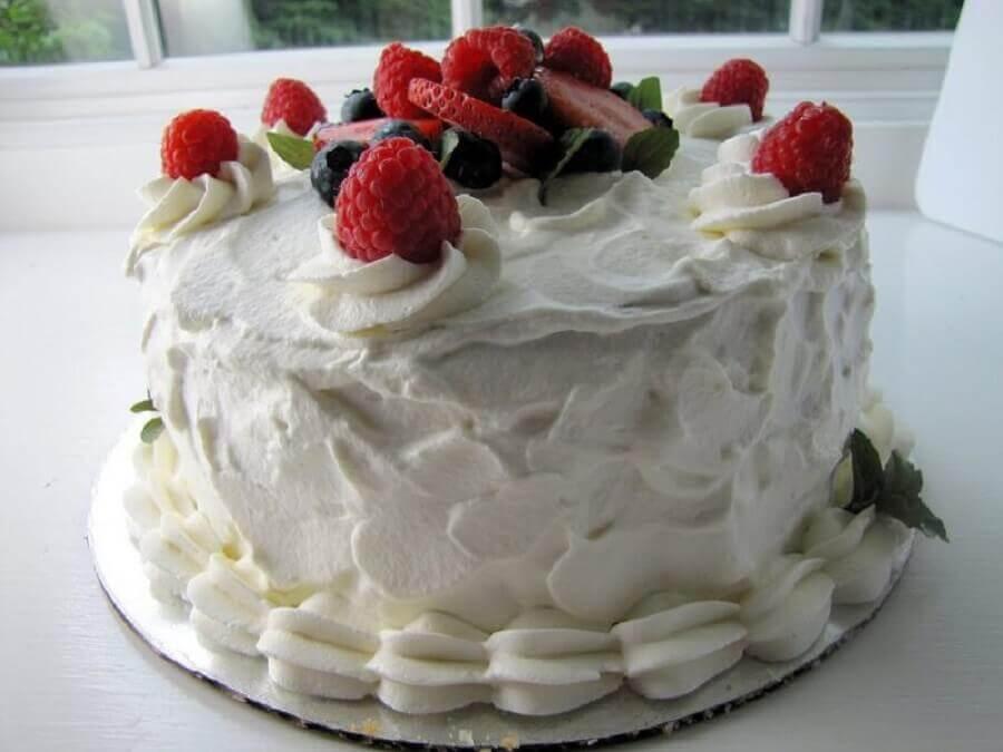 bolos decorados simples com chantilly e frutas vermelhas  Foto Cakes Ideas