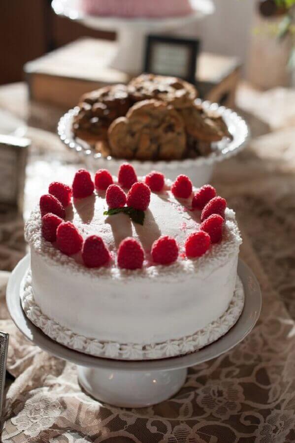 bolos decorados simples com frutas vermelhas Foto Pinosy