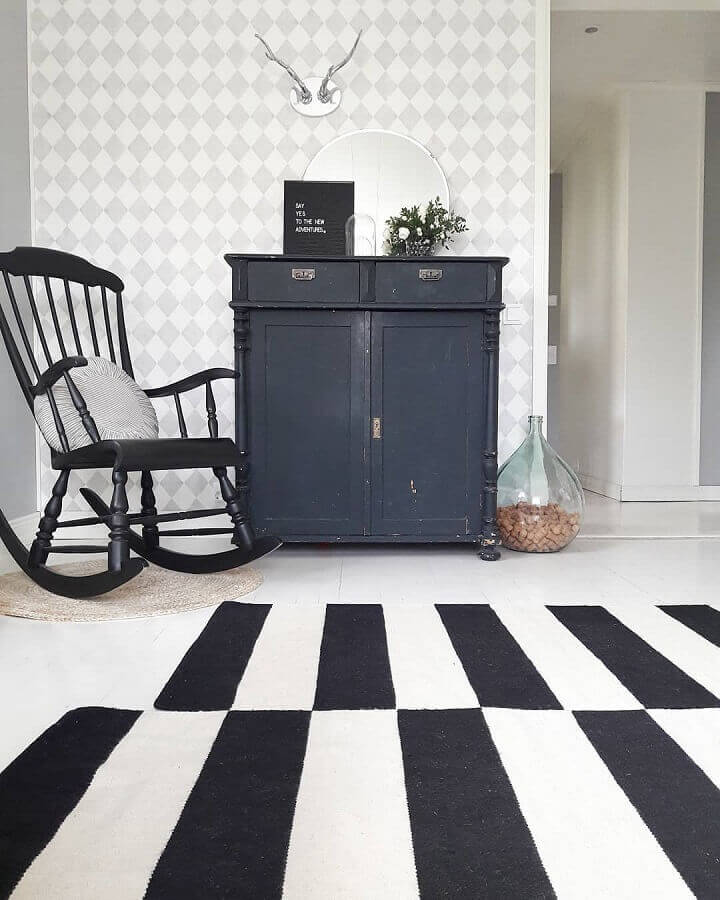 cadeira de balanço antiga pintada de preto Foto Váhá Goto