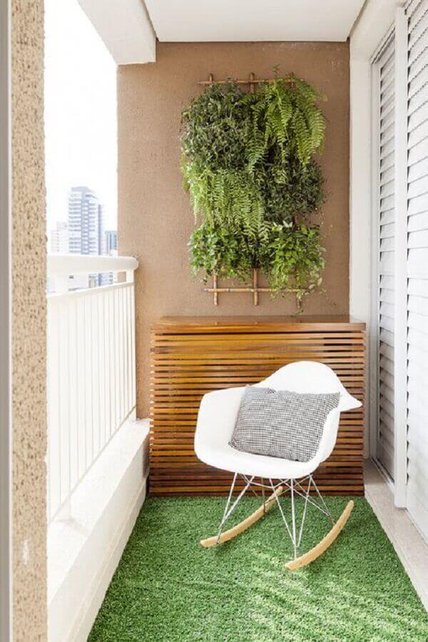 cadeira de balanço para varanda pequena decorada com jardim vertical Foto Pinosy