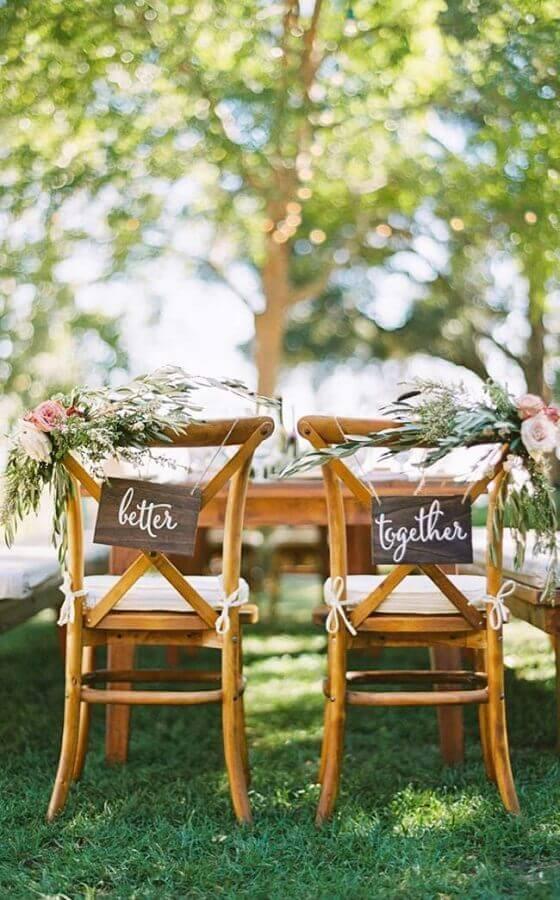 cadeiras decoradas com plaquinhas para festa de casamento ao ar livre Foto Pinterest