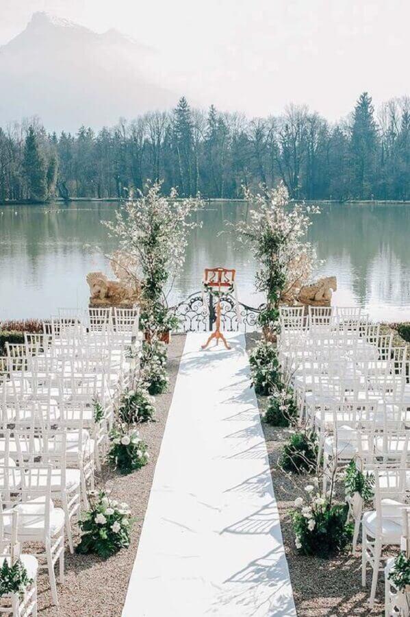 casamento simples ao ar livre decorado com arranjos de flores brancas Foto Style me Pretty]