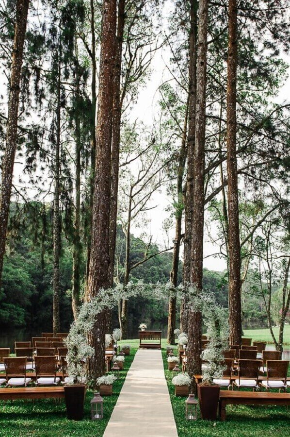 casamento simples ao ar livre decorado com pequenos vasos de flores brancas Foto Casório à Vista
