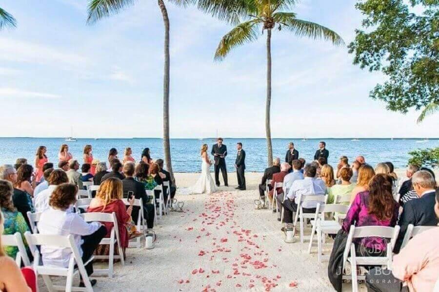 casamento simples ao ar livre na praia Foto Pinosy