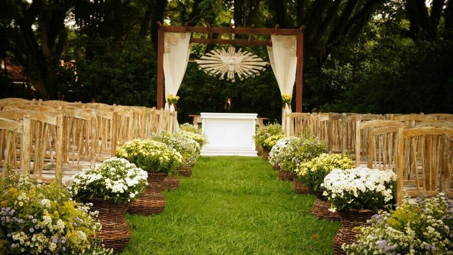 cerimônia de casamento ao ar livre com decoração rústica Foto Jessica Paiva