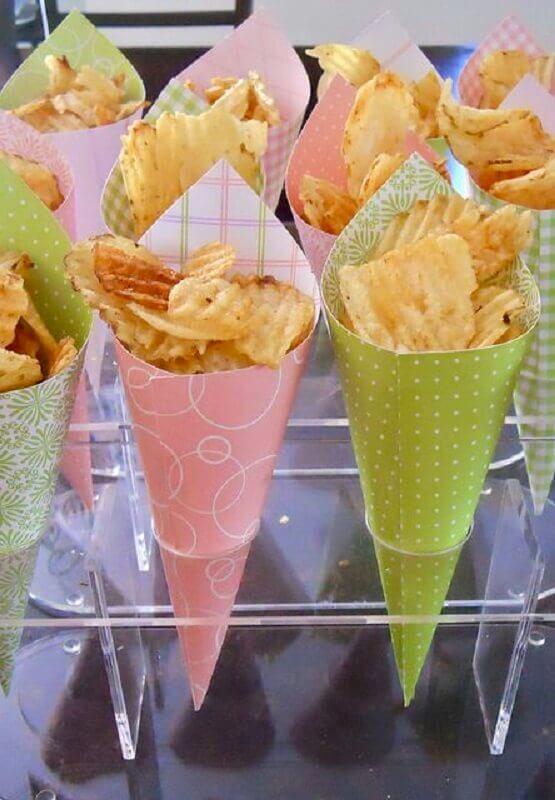 comidas para festa de aniversário - batatinhas servidas em cone de papel Foto Madres y Padres Creativos