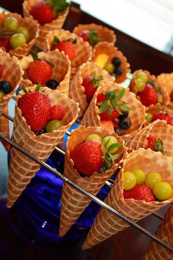 comidas par festa de aniversário com salada de frutas Foto Bem Dormir Bem Viver