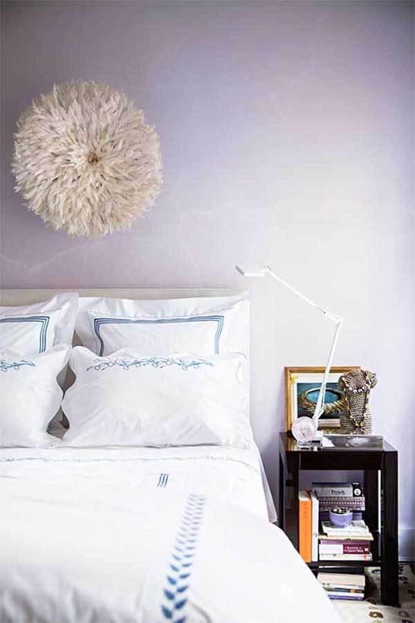 cor lilás na parede de quarto de casal