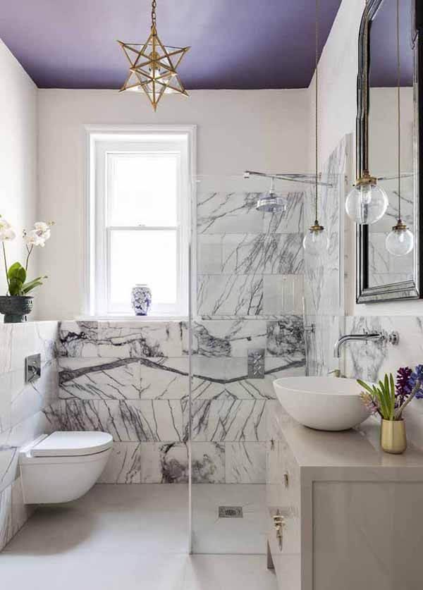 cor lilás no teto do banheiro