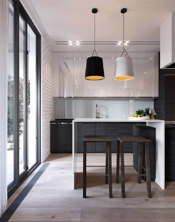 cozinha americana preta e branca decorada com banqueta de madeira e luminária moderna Foto ACC Guinee