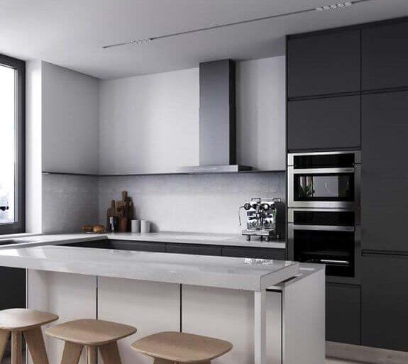 cozinha americana preta e branca decorada com banquetas de madeira  Foto Behance