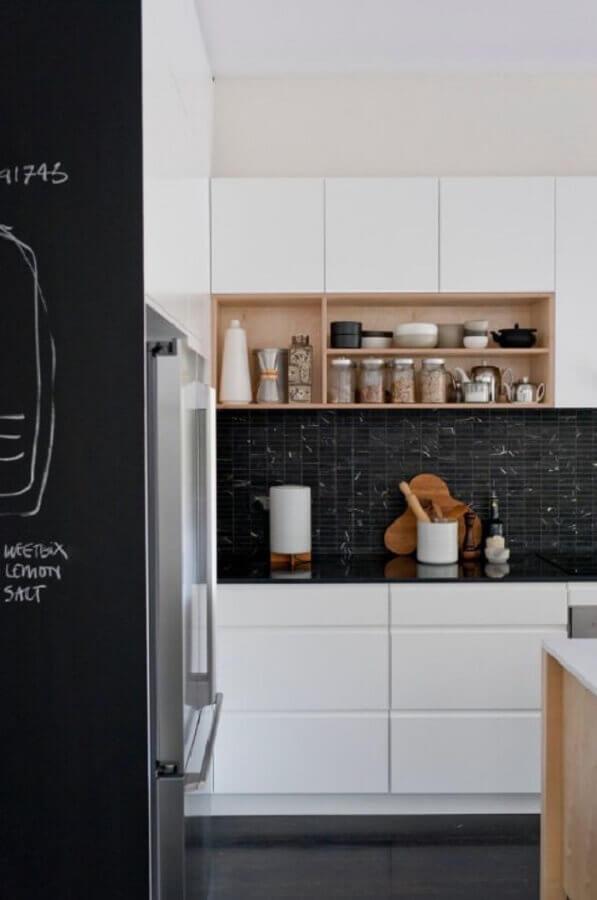 cozinha compacta preto e branca com nichos de madeira Foto DR Marcenaria