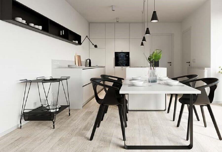 cozinha planejada preta e branca ampla com mesa acoplada a ilha Foto Pinterest