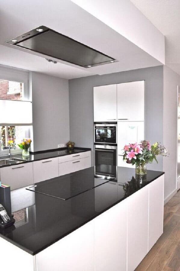 cozinha planejada preta e branca com bancada de ilha preta Foto Zoubi