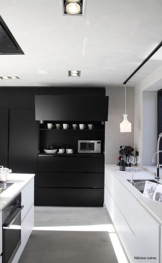 cozinha planejada preta e branca com decoração minimalista Foto Decocrush