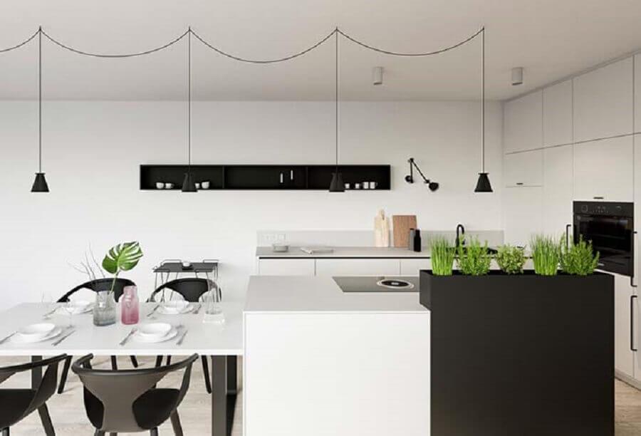 cozinha planejada preta e branca decorada com pequena horta na ilha Foto Pinterest