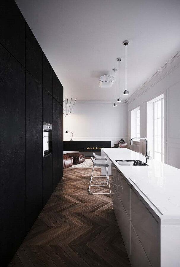 cozinha planejada preta e branca decorada com piso de madeira e banquetas minimalistas Foto Pinterest