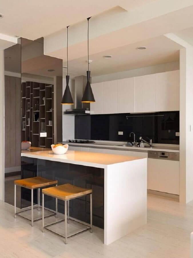 cozinha preta e branca decorada com luminárias modernas e banquetas minimalistas Foto Salon de Jardin