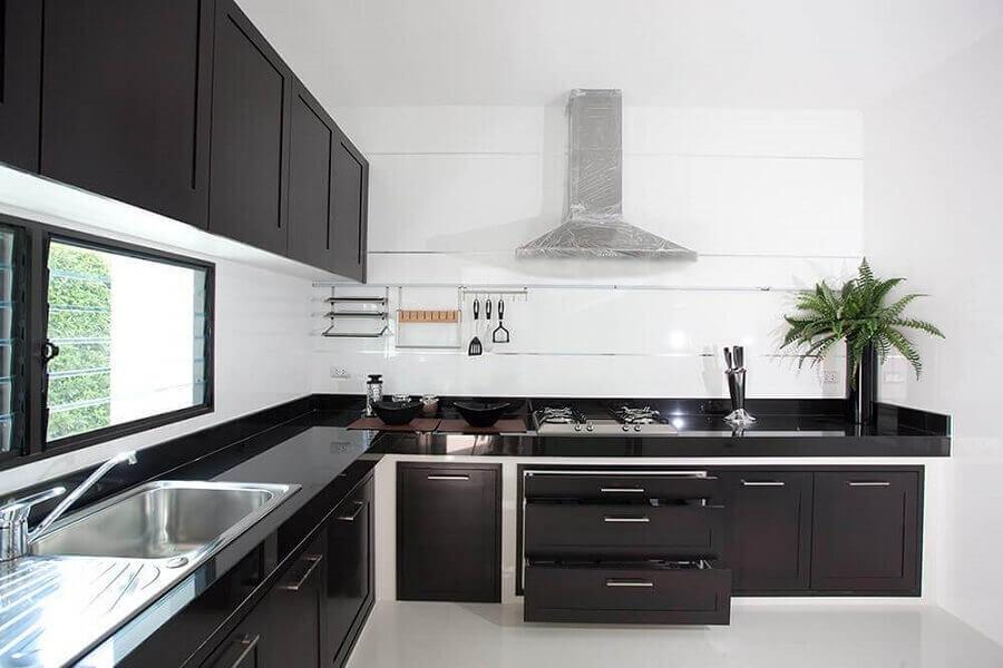 cozinha preta e branca simples com armários planejados Foto EFL Furniture