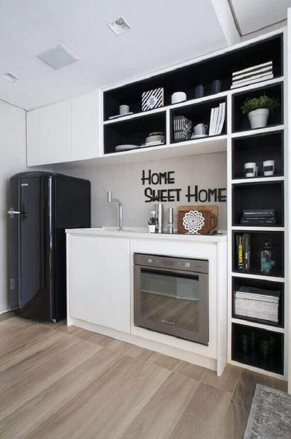 cozinha preta e branca simples com vários nichos Foto Pinterest