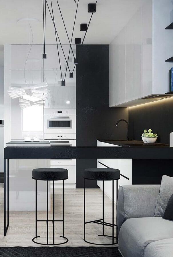 cozinha preta e branca simples decorada com luminárias modernas Foto Pinosy