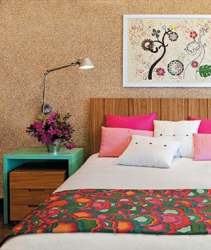 criado mudo verde água para decoração de quarto com cabeceira de madeira e papel de parede Foto Claudinha Stoco