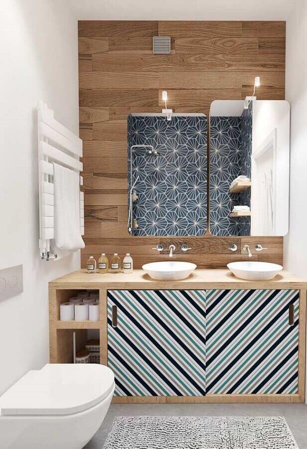 decoração banheiro masculino com revestimento de madeira e porta de armário com estampa listrada Foto Neu dekoration stile