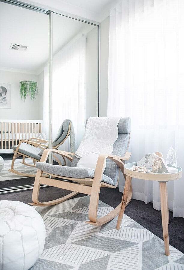 decoração cinza para quarto de bebê com cadeira de amamentação com balanço de madeira Foto Baby Print Shoppe