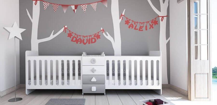 decoração cinza para quarto de bebê gêmeos planejado com adesivos na parede Foto Pinterest