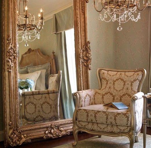 decoração clássica para sala com lustre de cristal e espelho provençal grande  Foto Mirror Ideas