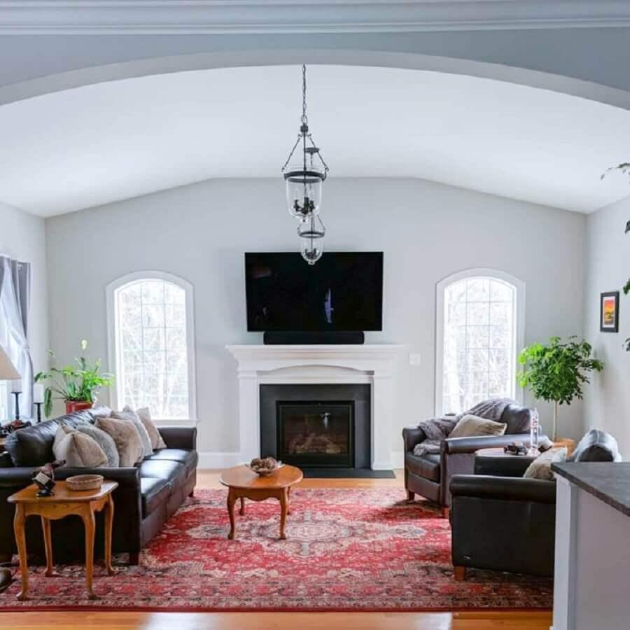 decoração clássica para sala de estar ampla com tapete persa e lareira elétrica com aparador Foto MT Esty Manor