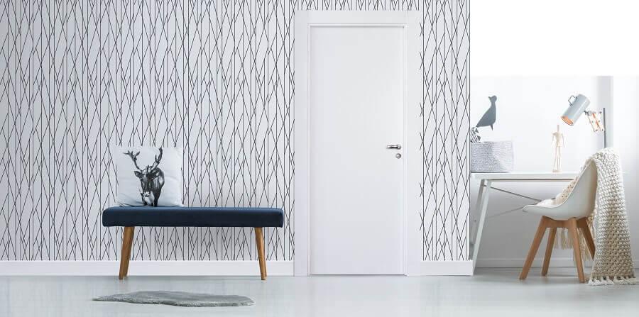 decoração clean com papel de parede e porta branca