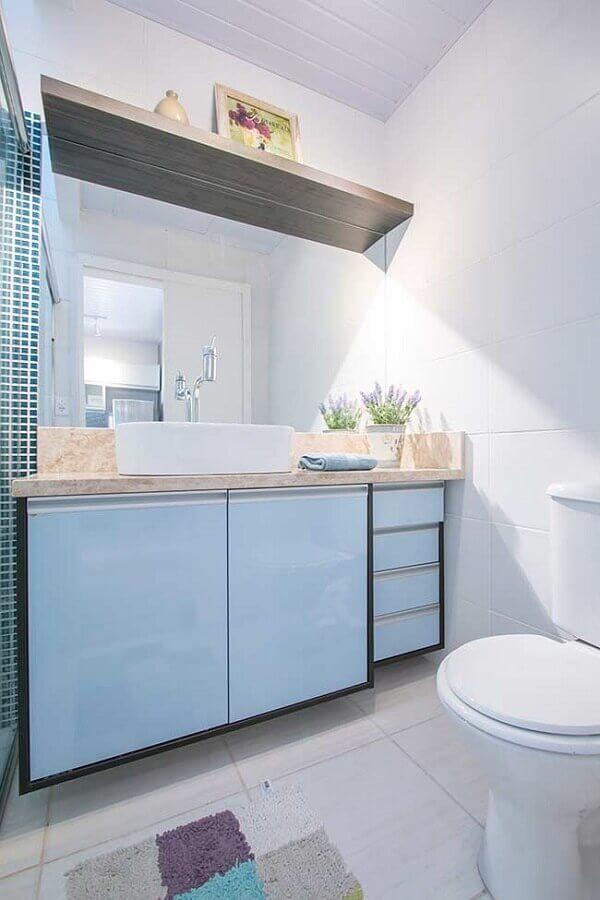 decoração clean para banheiro masculino com armário azul claro Foto Grupo Expertise Imóveis
