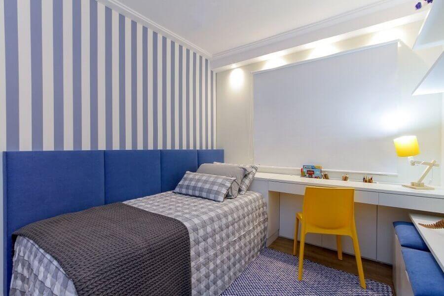 decoração clean para quarto azul com cadeira amarela Foto Bordin & Soares