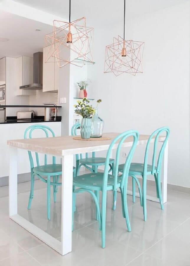 decoração clean para sala de jantar com luminária rose gold e cadeiras verde água Foto Decoración Sueca