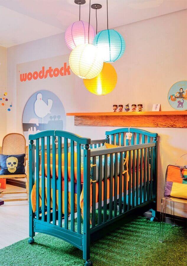 decoração colorida com prateleira de madeira para quarto de bebê com berço azul Foto Juliana Rodrigues Interiores