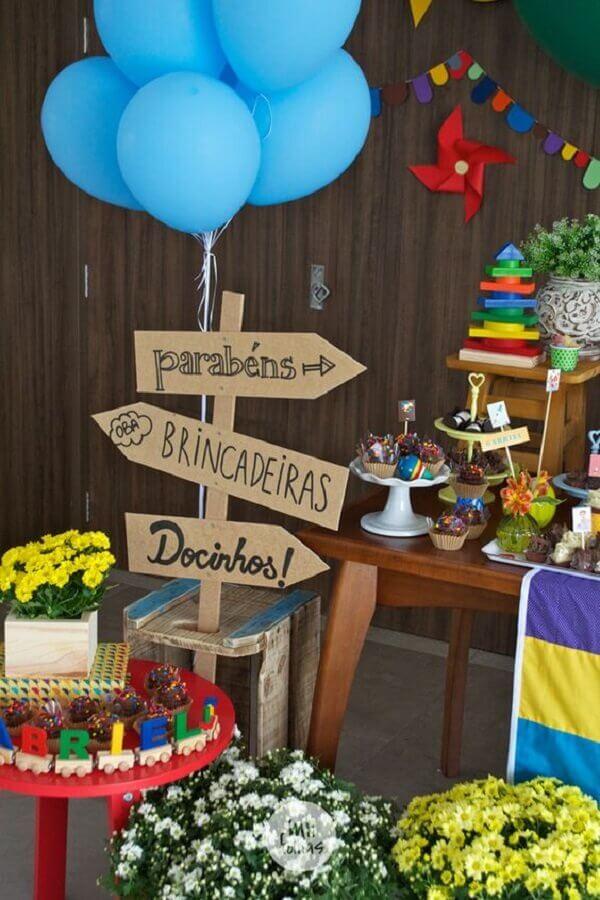 decoração colorida para festa de aniversário infantil com plaquinhas indicativas Foto Mil Folhas Festas