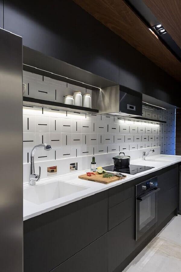 decoração com armário de cozinha preto e branco com azulejo diferente Foto ArchDaily