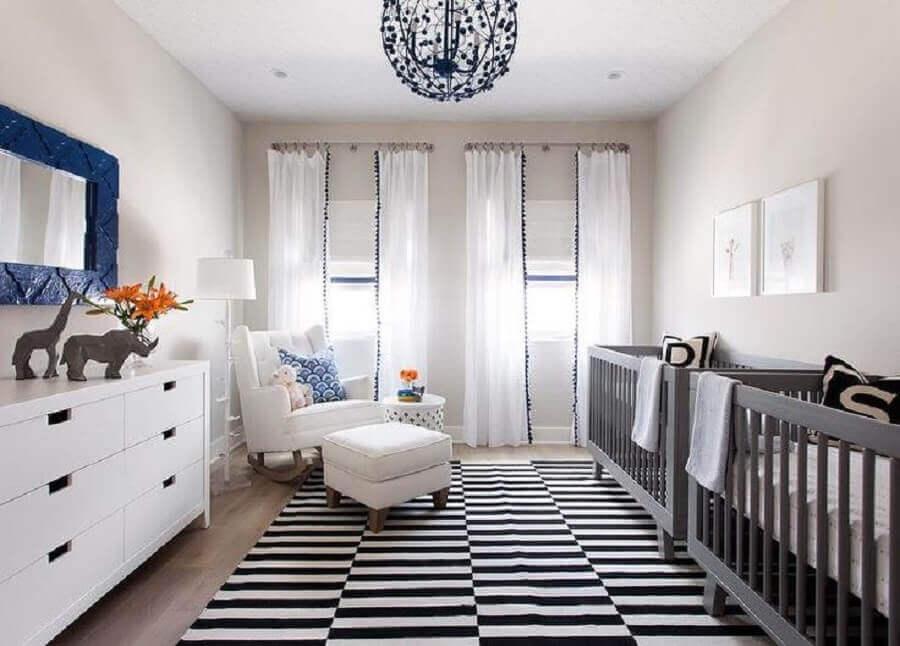 decoração com berços cinza e tapete preto e branco para quarto de gêmeos Foto Pinterest