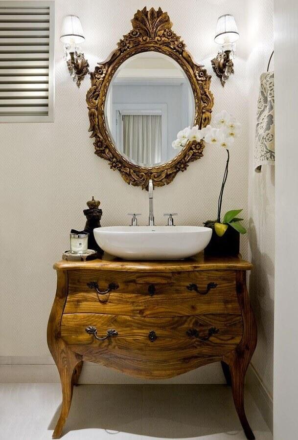decoração com cômoda retrô e espelho para lavabo com moldura provençal Foto Aaron Guide
