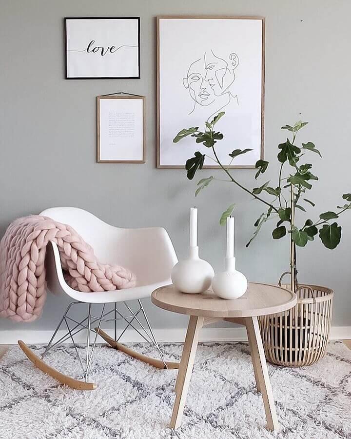 decoração com cadeira de balanço eames e mesa redonda de madeira Foto Trine