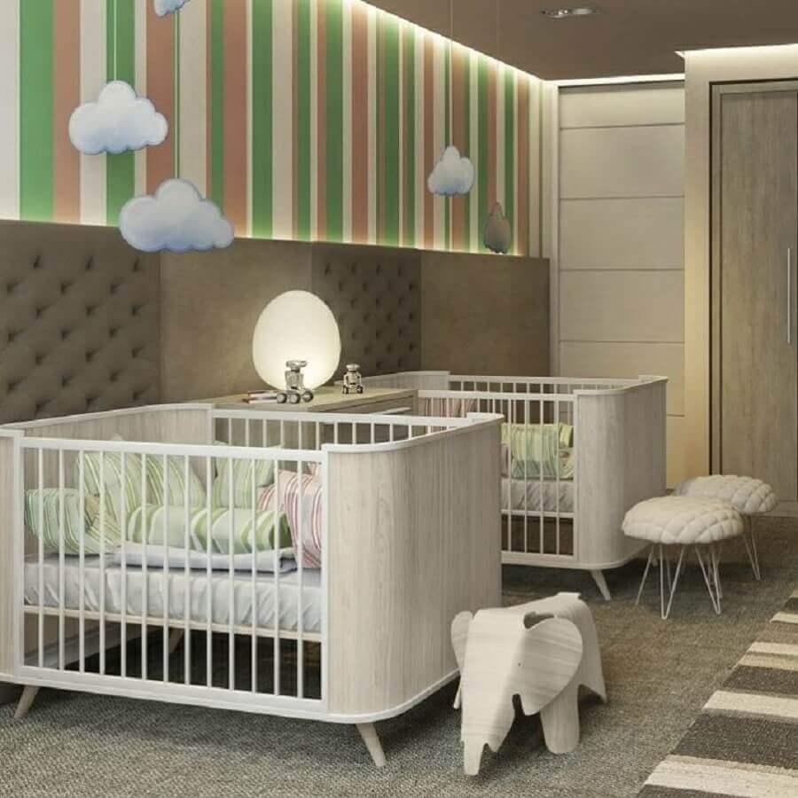 decoração com cores neutras para quarto de bebê gêmeos com papel de parede listrado Foto Studio Prima Arq. & Design
