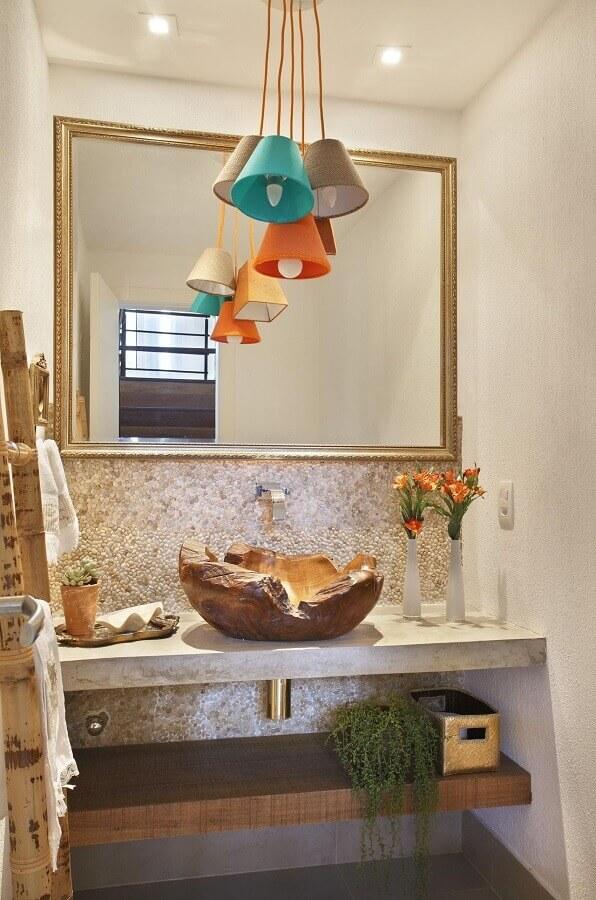 decoração com cuba rústica pendentes coloridos e espelho para lavabo com moldura Foto RBP Arquitetura