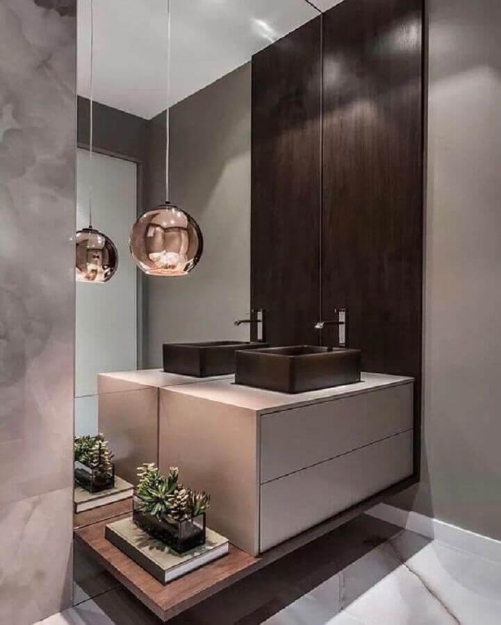 decoração com espelho para lavabo decorado com luminária pendente rose gold Foto Areno
