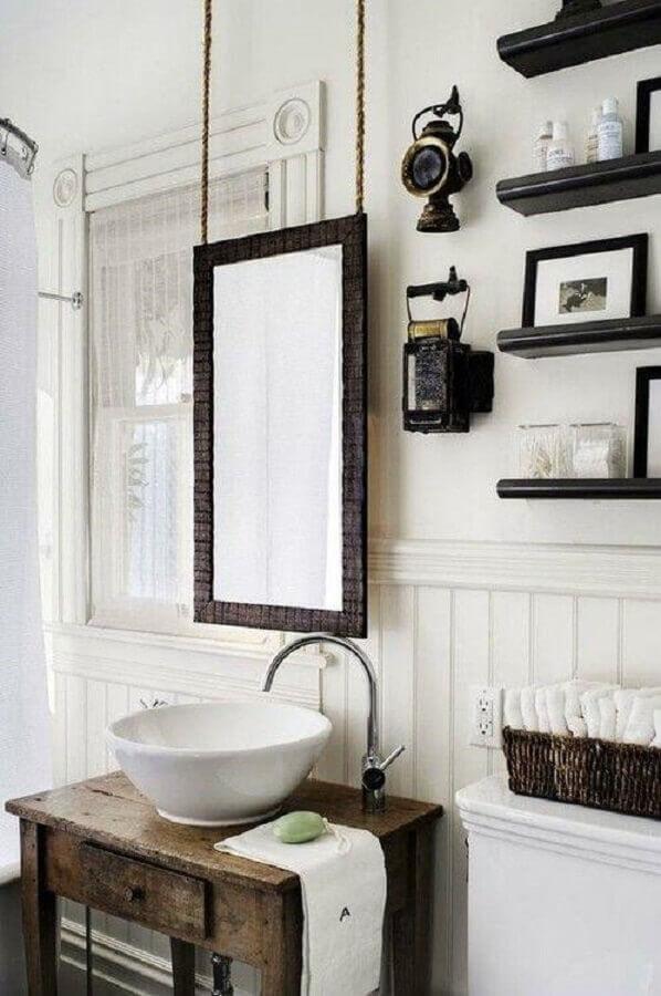decoração com gabinete antigo e espelho para lavabo com moldura Foto Menter Architects