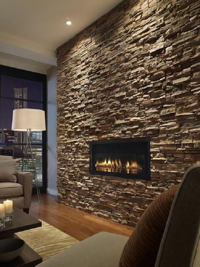 decoração com lareira elétrica de embutir em parede com revestimento de pedra Foto FirePlace