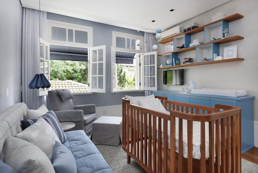 decoração com nichos e prateleiras de madeira para quarto de bebê azul e cinza Foto Patricia Bergantin