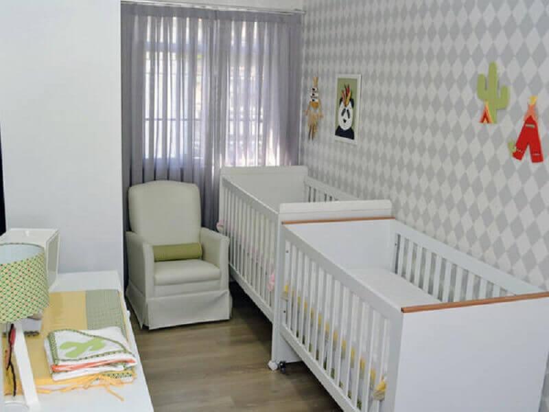 decoração com papel de parede neutro para quarto de bebê gêmeos planejado pequeno Foto BabyCenter