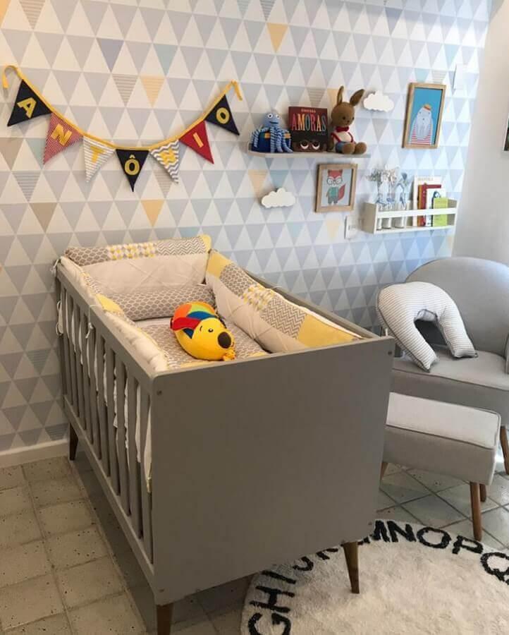 decoração com prateleira para quarto de bebê e papel de parede com estampa de triângulos Foto Blog da Giovanna