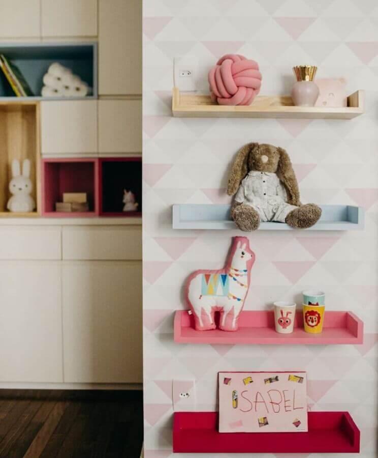 decoração com prateleiras coloridas para quarto de bebê Foto Uebaa Design